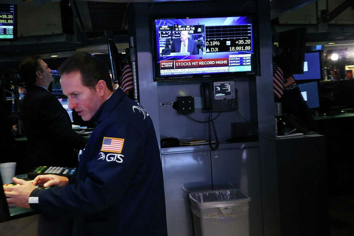 NEW YORK, NY - NOVEMBER 22: Traders work on the floor of the New York Stock Exchange (NYSE) on November 22, 2016 in New York City. U.S. stocks continued their advance into record highs on Tuesday with the Dow Jones Indistrial average hitting 19,000 for the first time.