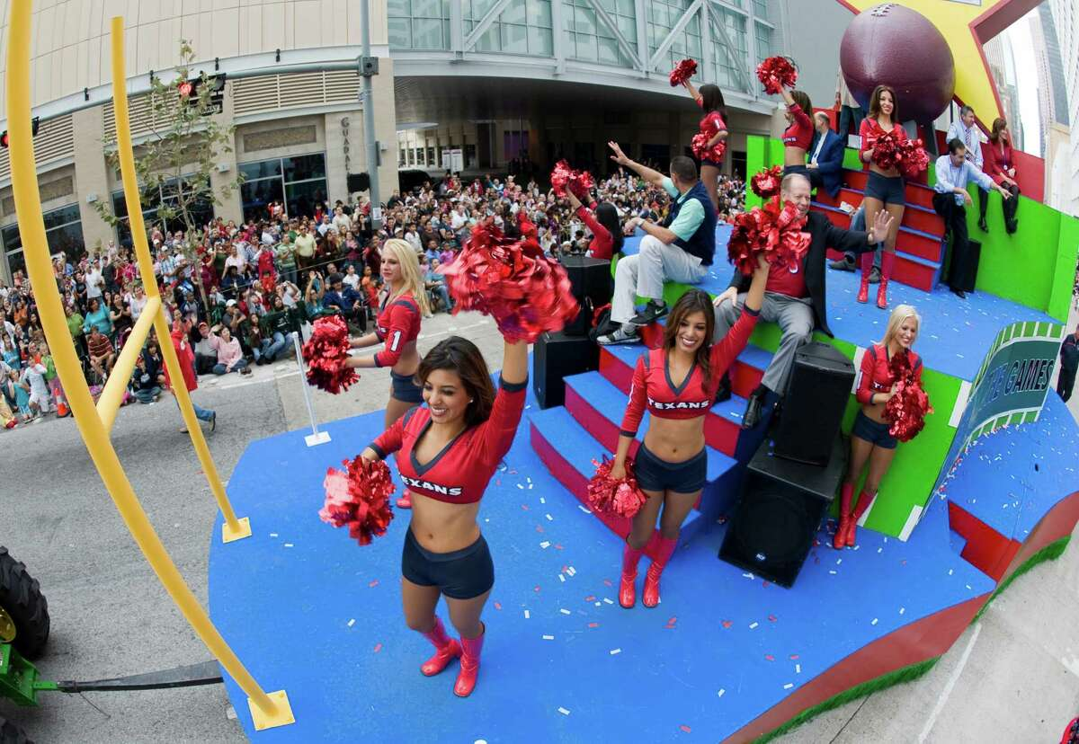Texans Cheerleaders on a float in the 59th annual Thanksgiving Day Parade, known this year as the H-E-B Holiday Parade, winds its way through downtown Houston, Thursday morning, to the delight of many. Thursday, Nov. 27, 2008, in Houston. ( Steve Ueckert / Chronicle )