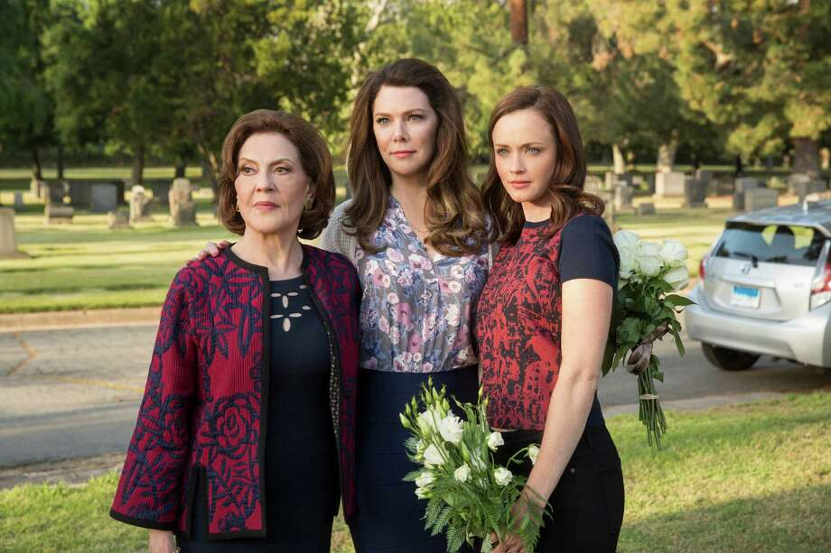 """(Left to Right) Kelly Bishop, Lauren Graham, and Alexis Bledel in """"Gilmore Girls: A Year in the Life."""" Photo: Neil Jacobs/Netflix"""