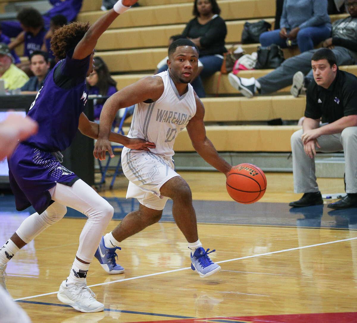Oak Ridge's De'Aveon High (10) tries to get past Willis' Malik Hadnot (3) during the varsity boys basketball game on Tuesday, Nov. 22, 2016, at Oak Ridge High School. (Michael Minasi / Chronicle)