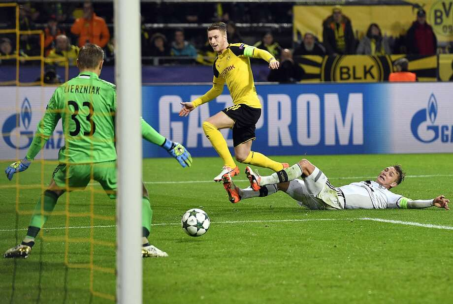 Dortmund's Marco Reus, center, scores his side's 8th goal during the Champions League Group F soccer match between Borussia Dortmund and Legia Warsaw in Dortmund, Germany, Tuesday, Photo: Martin Meissner, Associated Press