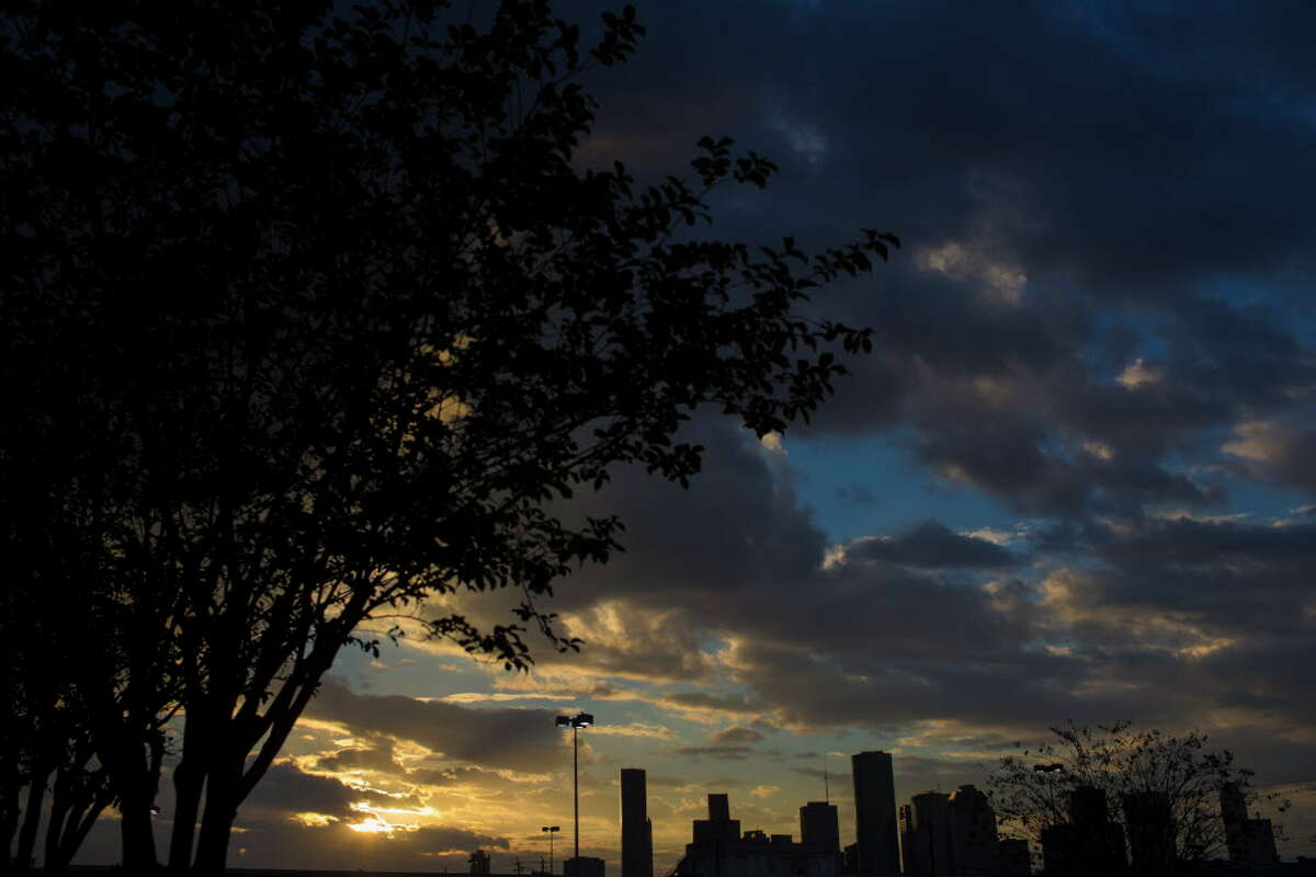 Christmas weekend weather forecast Houston Average temperature: Highs in the mid- to upper-70s, lows in the upper-60s Precipitation chance (Sunday): 40 percent Source: Weather Channel