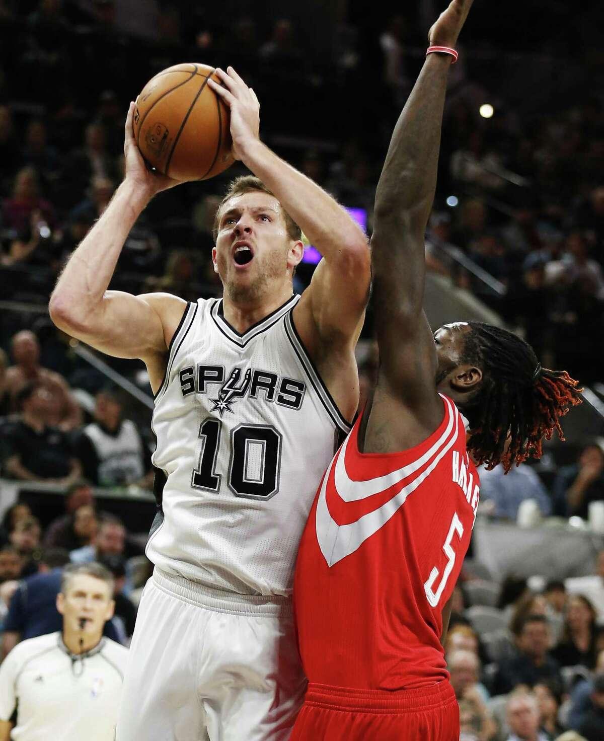 Spurs' David Lee (10) goes for a shot against the Houston Rockets' Montrezl Harrell (5) on Nov. 9, 2016.