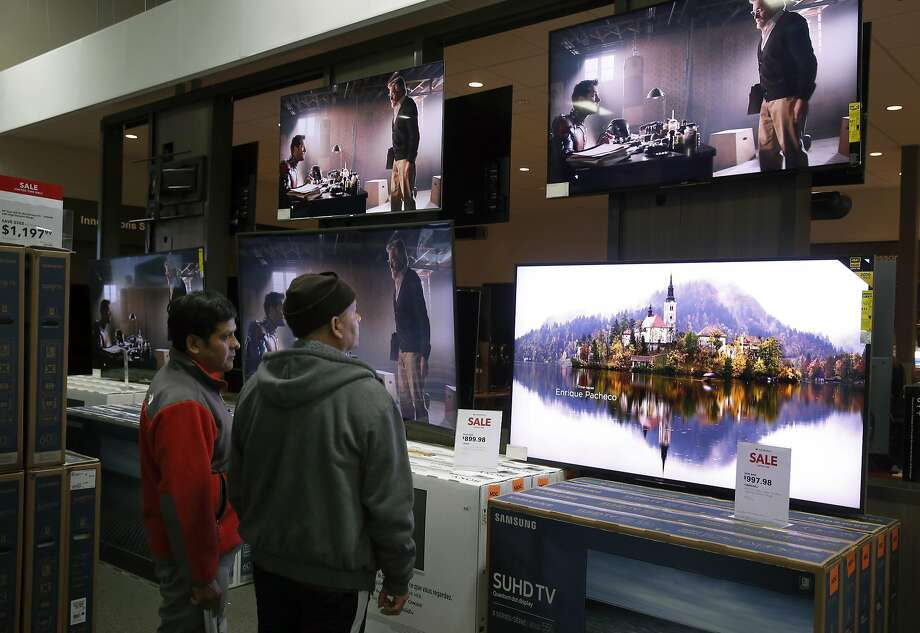 Shoppers pause to look at flatscreen televisions on sale at the Best Buy in Emeryville. Only 25 percent of Americans said they preferred viewing on TVs, compared to 59 percent just a year ago, Accenture said. Photo: Paul Chinn, The Chronicle