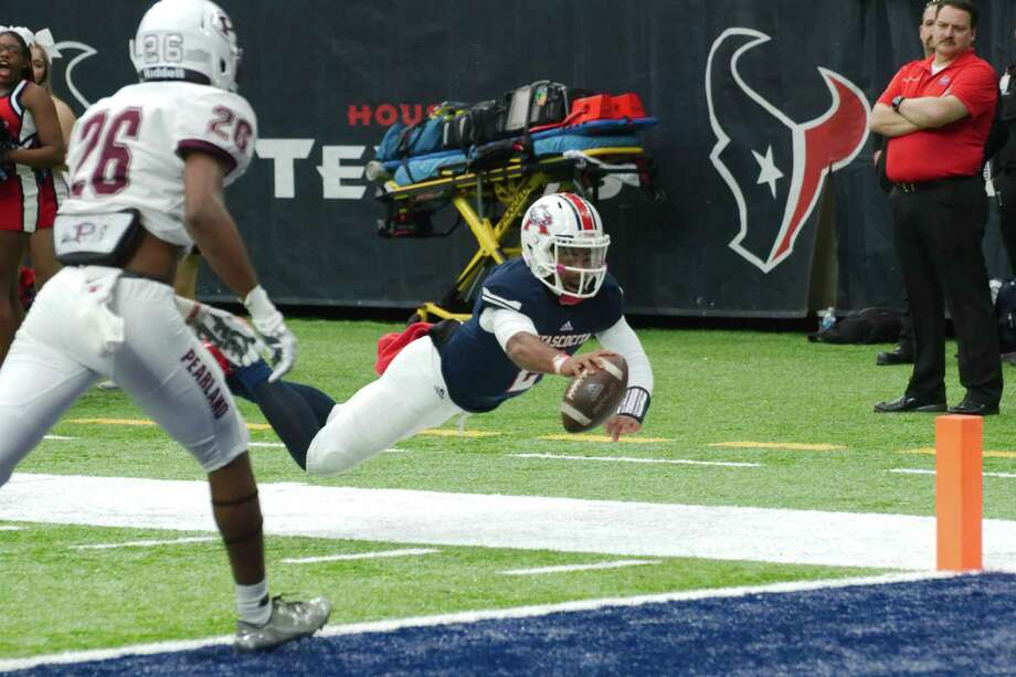 Atascocita's Daveon Boyd (2) dives for yardage against Pearland at NRG Stadium in Houston, Texas Saturday, Nov. 19. Photo: Kirk Sides / © 2016 Kirk Sides / Houston Community Newspapers