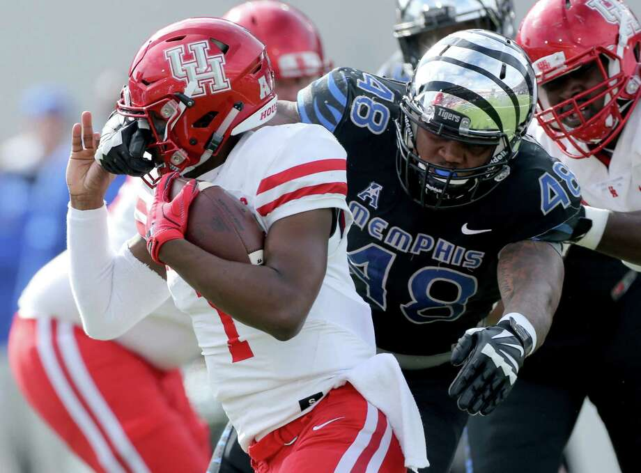 Houston quarterback Greg Ward Jr. (1) has his face mask held by Memphis defensive end Ernest Suttles (48) in the first half of an NCAA college football game Friday, Nov. 25, 2016, in Memphis, Tenn. (AP Photo/Nikki Boertman) Photo: Nikki Boertman, Associated Press / FR2769 AP