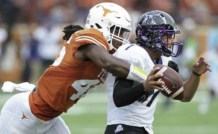 Lineback er Malik Jefferson runs down quarterback Kenny Hill as Longhorn coach Charlie Strong leads his team against TCU at DKR Stadium on November 25, 2016.