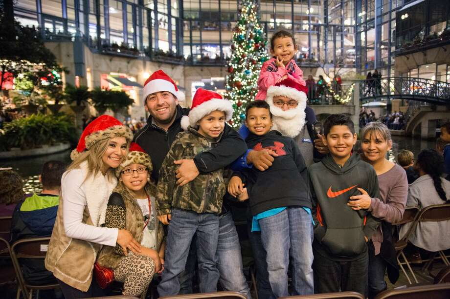 Downtown San Antonio is aglow during the 32nd Annual H-E-B Tree Lighting and the Ford Holiday River Parade on Friday, November 25, 2016. Photo: Christian Ibarra For MySA.com