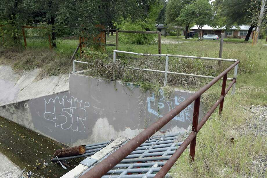 This drainage creek flows behind homes on the south side of Barbara Drive. The city of San Anotnio, as part of a flood control project, bought and razed several homes along the drainage that had been flooded numerous times. Photo: William Luther /San Antonio Express-News / © 2016 San Antonio Express-News
