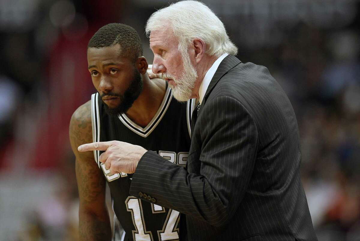 Spurs head coach Gregg Popovich talks with guard Jonathon Simmons during the second half against the Wizards on Nov. 26, 2016, in Washington.