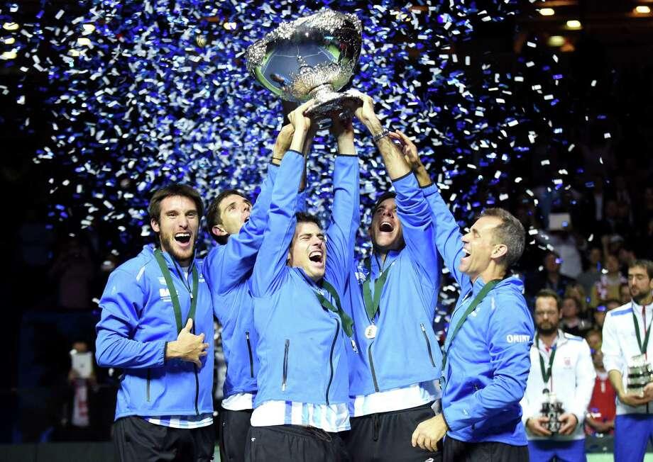 Leonardo Mayer, Federico Delbonis, Guido Pella, Juan Martín del Potro y el capitán Daniel Orsanic celebran el triunfo de Argentina ante Croacia en la final de la Copa Davis de 2016 en Zagreb. Photo: -, Stringer / AFP or licensors