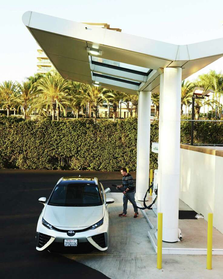 Stephen Manning refuels his Toyota Mirai at a hydrogen fuel cell station in Irvine, Calif., July 19, 2016. Photo: Jake Michaels /The New York Times / NYTNS