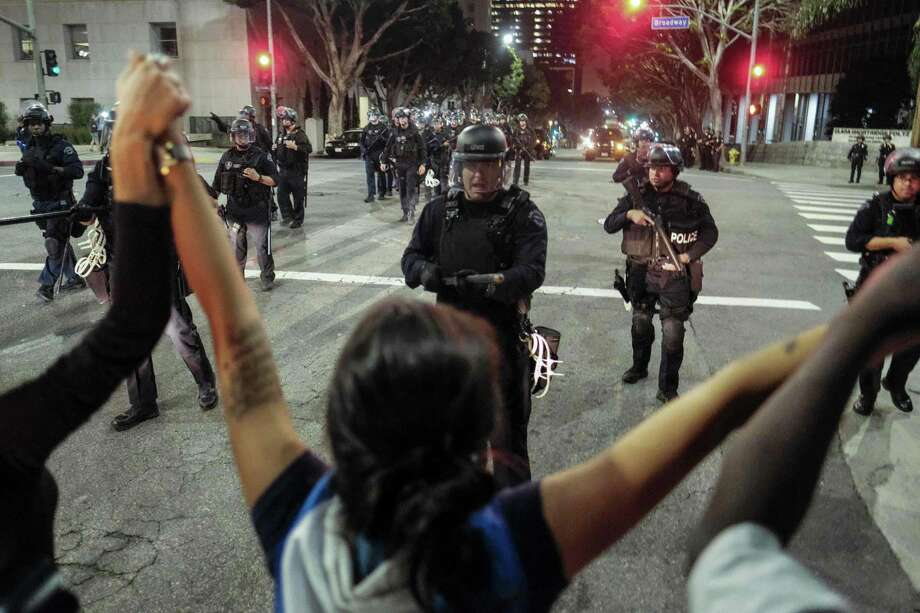 Police in riot gear confront anti-Donald Trump demonstrators outside Los Angeles' City Hall on Nov. 13. Photo: RINGO CHIU, Stringer / AFP or licensors