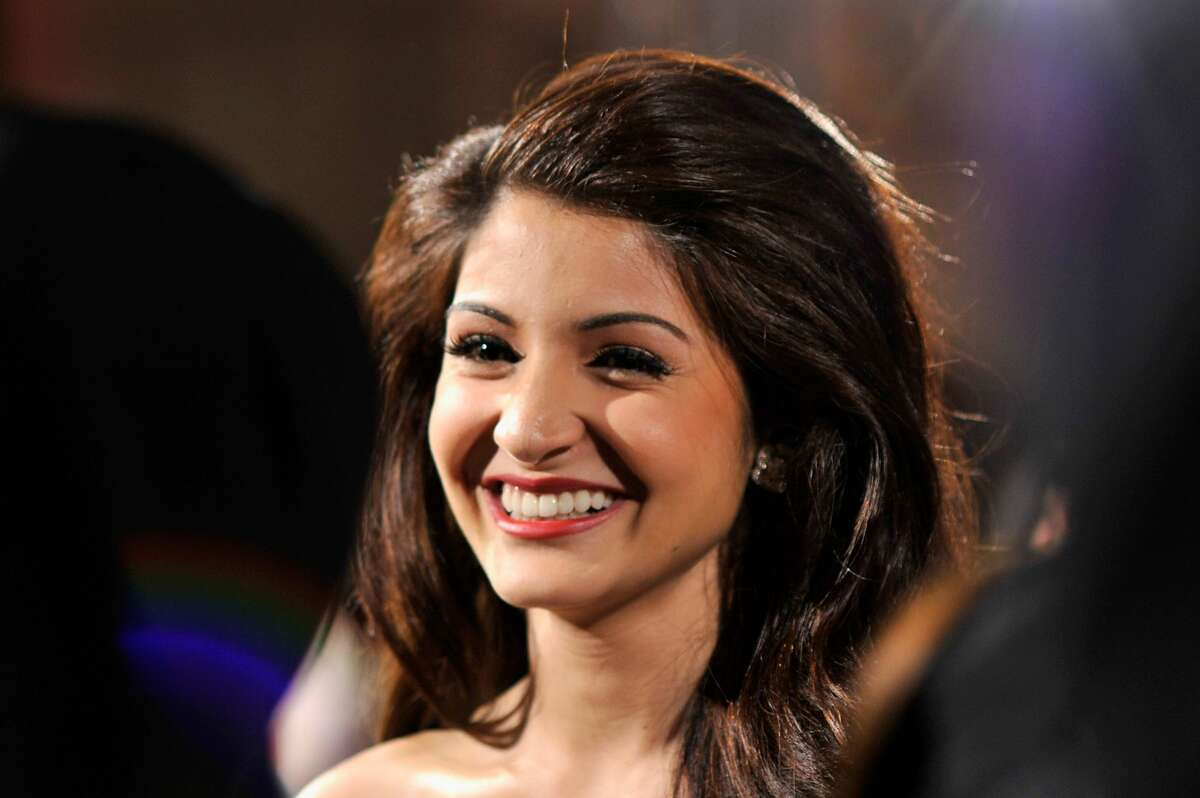 Anushka Sharma 44 pounds Anushka Sharma knows about heavy lehengas. In the movie Ae Dil Hai Mushkil. She performs in one that weighs about 45 pounds. It doesn't stop her from walking up and down the stairs in it.