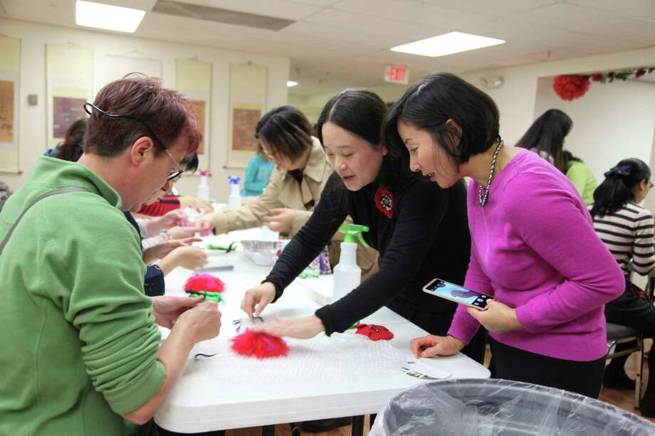 Professor Tingting Zhang, center, an artist and designer from Beijing Polytechnic, presented a Discover China workshop about Handmade Wool Felt in the Capital Region recently. Zhang performed a live demo on how to make a wool felt brooch. All audiences enjoyed the workshop and learned Chinese culture. The event was organized by the Chinese Community Center of Capital District of New York, in collaboration with Confucius Institute for China's Culture and the Economy. Handmade wool felt, with its roots in various minority groups in China, is one of the nation's intangible cultural heritages. (Dayu Huang)