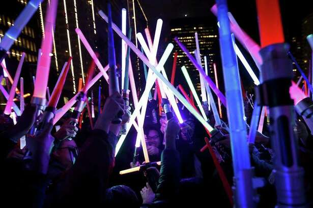 Thousands duke it out with glowing swords.