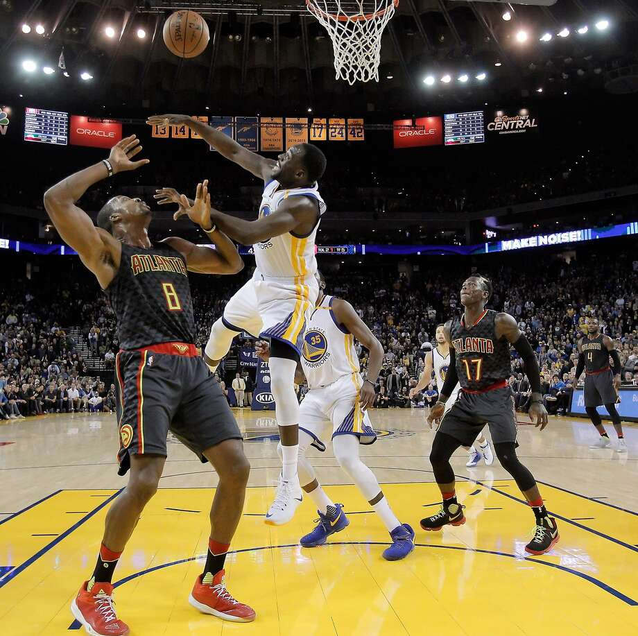 Draymond Green (23) swats a rebound away from Dwight Howard (8) in the second half as the Golden State Warriors played the Atlanta Hawks at Oracle Arena in Oakland, Calif., on Monday, November 28, 2016. The Warriors won 105-100. Photo: Carlos Avila Gonzalez, The Chronicle