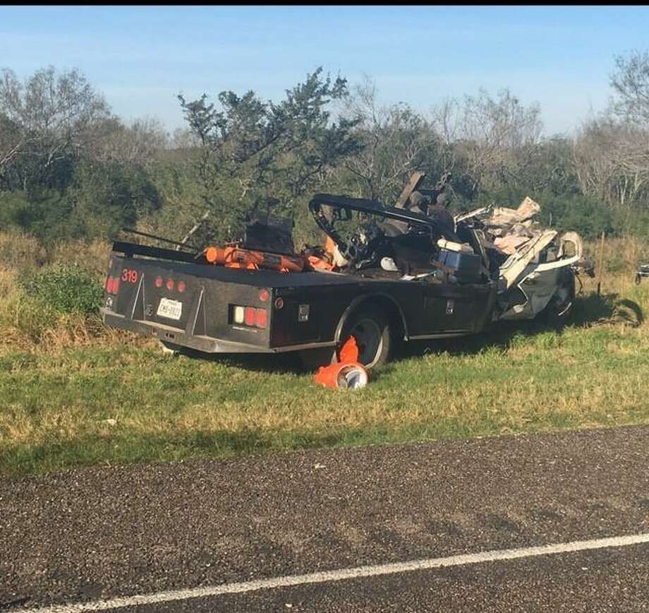 Un accidente en la intersección de la Carretera U.S. 83 y el acceso a la Carretera Estatal 255, entre un camión semi trailer Freightliner, y un camión utilitario Chevrolet, provocó la muerte de una persona del Condado de Starr, el lunes por la mañana. Photo: Foto De Cortesía