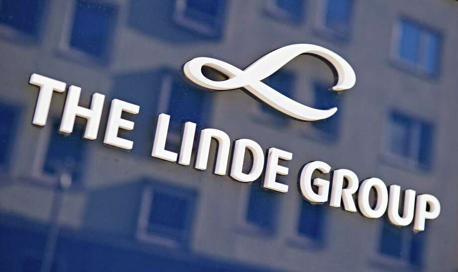 (FILES) This file photo taken on March 17, 2014 shows the logo of German maker of industrial gases Linde in Munich.  German industrial gas supplier Linde and US competitor Praxair said September 12, 2016 they had abandoned plans for a merger that would have created the world's biggest firm in the sector. / AFP PHOTO / DPA / Nicolas ArmerNICOLAS ARMER/AFP/Getty Images Photo: NICOLAS ARMER / AFP/Getty Images / DPA
