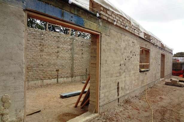 The facade of the MujerArtes studio, made of earthen bricks.