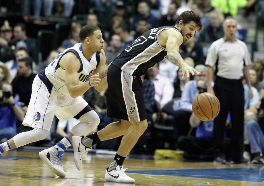 Spurs guard Nicolas Laprovittola reaches for the ball against Mavericks guard Seth Curry during the first half in Dallas on Nov. 30, 2016. Photo: LM Otero /Associated Press / Copyright 2016 The Associated Press. All rights reserved.