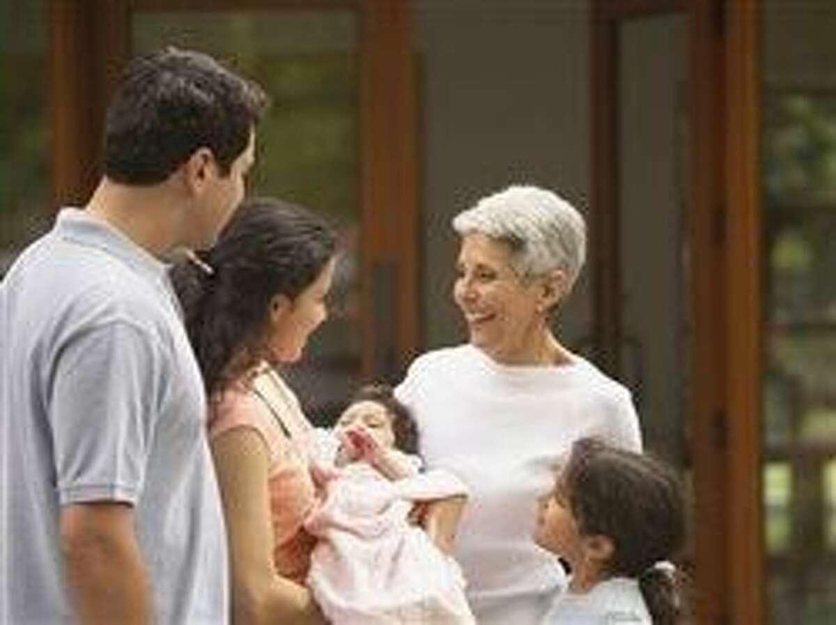¿Tiene un nuevo nieto o nieta? Contribuya al bienestar del bebé y la mamá
