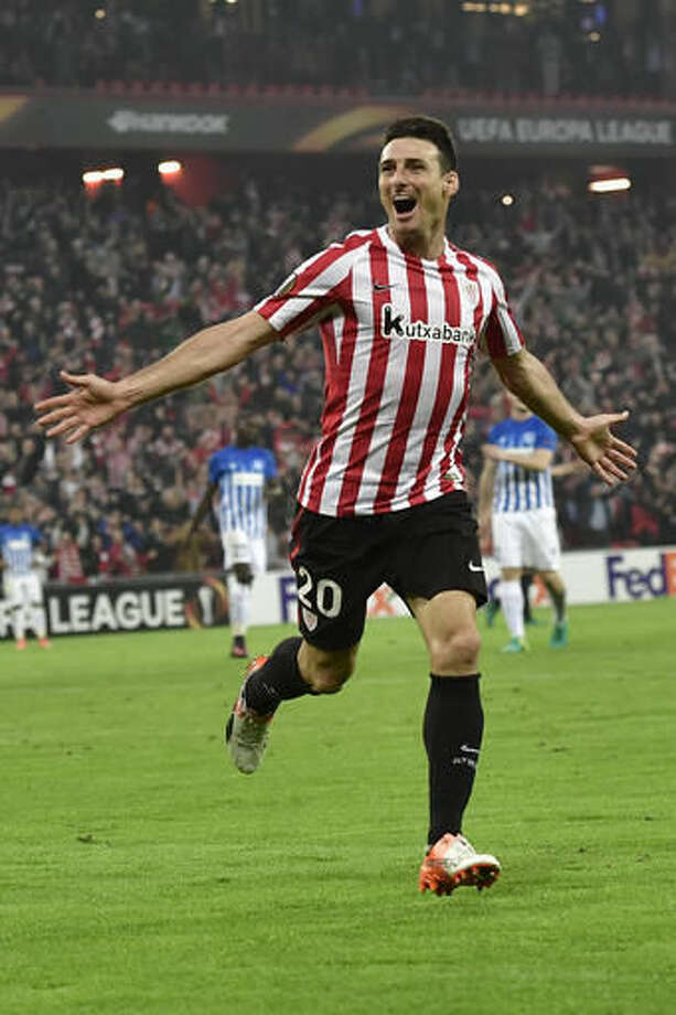 Athletic Bilbao's Aritz Aduriz, celebrates his fourth goal against Genk during the Europa League Group F soccer match between Athletic Bilbao and Genk, at the San Mames stadium, in Bilbao, northern Spain, Thursday, Nov. 3, 2016. (AP Photo/Alvaro Barrientos)