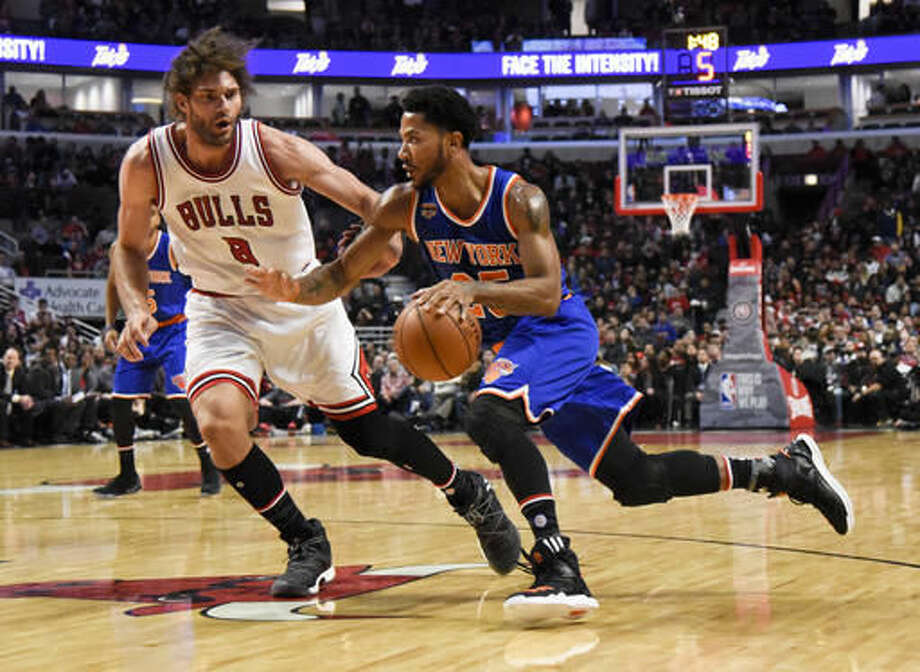 New York Knicks guard Derrick Rose, right, drives against Chicago Bulls center Robin Lopez during the first quarter of an NBA basketball game Friday, Nov. 4, 2016, in Chicago. (AP Photo/Matt Marton)
