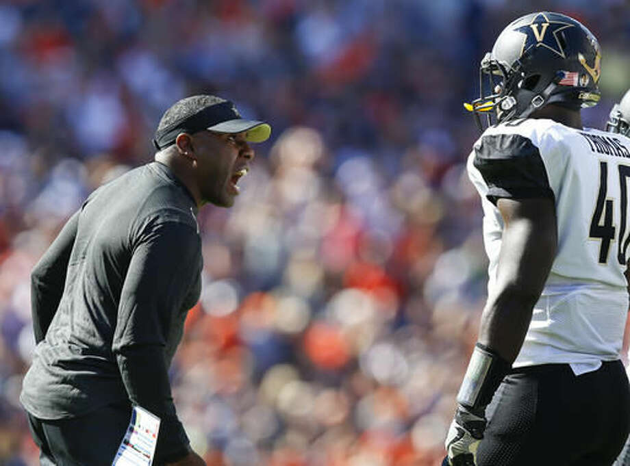 Vanderbilt head coach Derek Mason , left, yell towards his players during the first half of an NCAA college football game against Auburn, Saturday, Nov. 5, 2016, in Auburn, Ala. (AP Photo/Brynn Anderson)