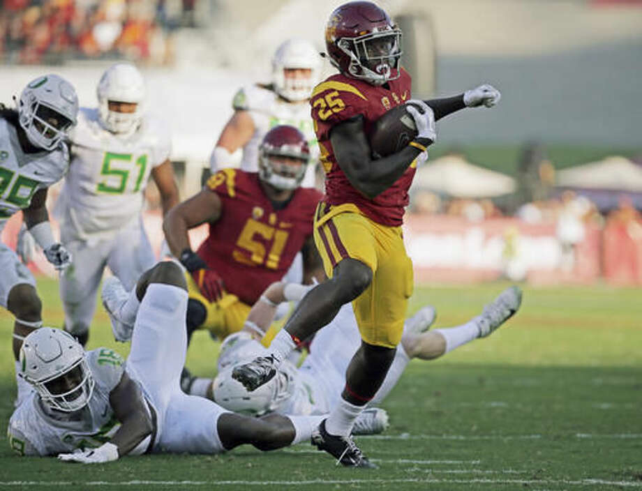 Southern California tailback Ronald Jones II (25) breaks free from a pack of Oregon defenders as he heads for a touchdown in the first half of an NCAA college football game in Los Angeles on Saturday, Nov. 5, 2016. (AP Photo/Reed Saxon)