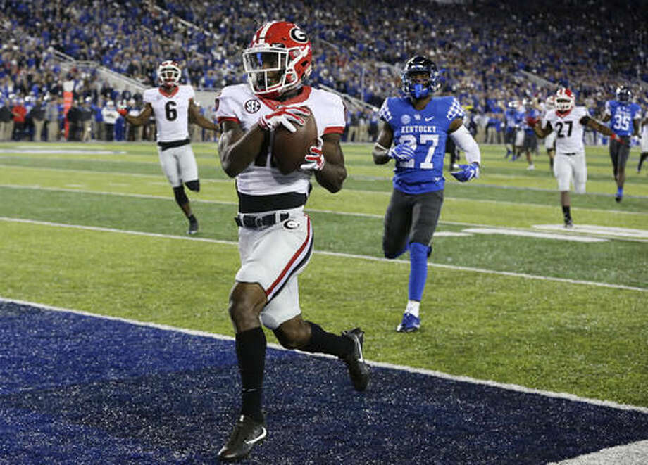 Georgia wide receiver Isaiah McKenzie scores a touchdown past Kentucky defender Mide Edwards during the first half of an NCAA college football game on Saturday, Nov. 5, 2016, in Lexington, Ky. (Curtis Compton/Atlanta Journal-Constitution via AP)