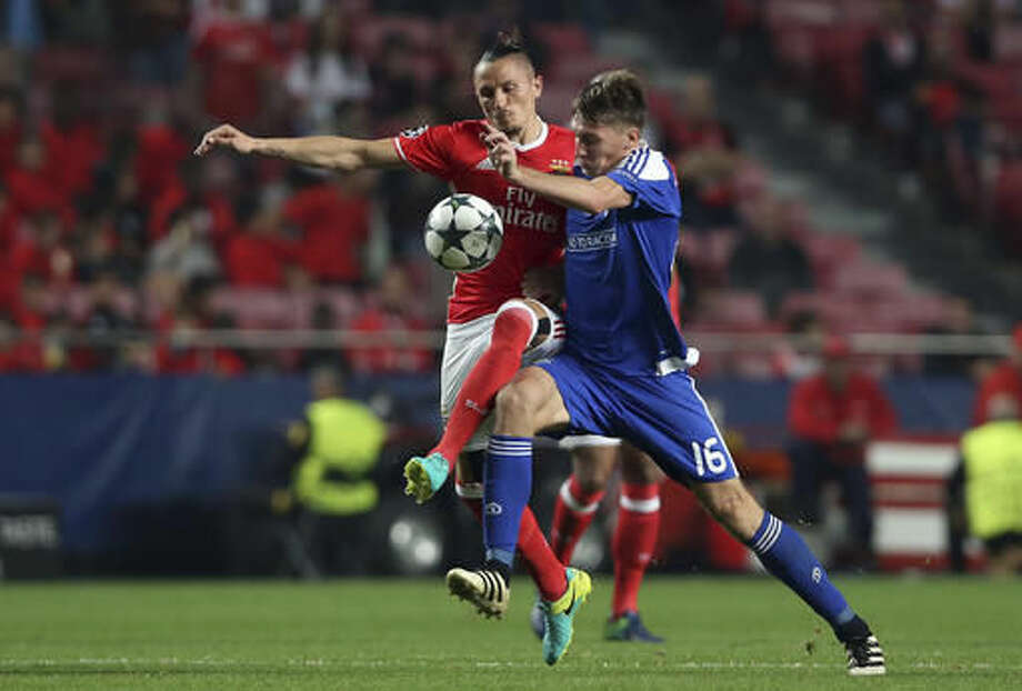Benfica's Ljubomir Fejsa, left, fights for the ball with Kiev's Serhiy Sydorchuk during the Champions League group B soccer match between Benfica and Dynamo Kiev at the Luz stadium in Lisbon, Tuesday, Nov. 1, 2016. (AP Photo/Steven Governo)