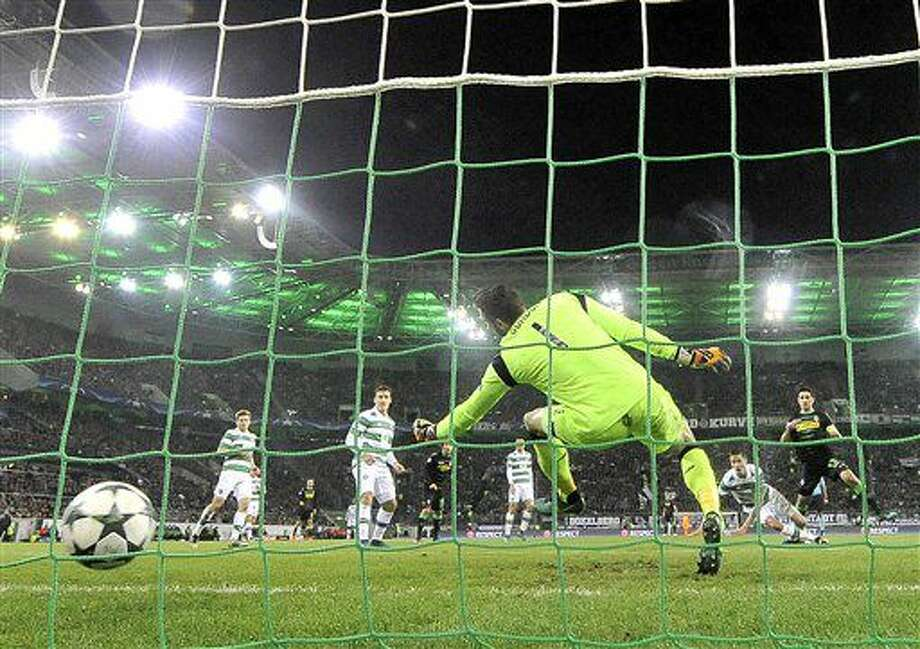 Moenchengladbach's Lars Stindl, right, scores his side's opening goal during the Champions League group C soccer match between Borussia Moenchengladbach and Celtic FC in Moenchengladbach, Germany, Tuesday, Nov. 1, 2016. (AP Photo/Martin Meissner)