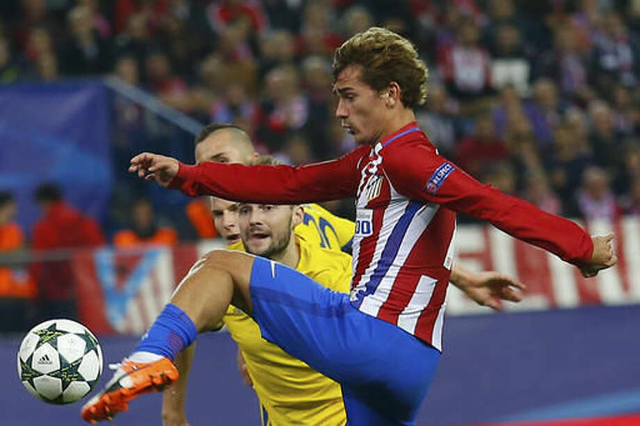 Atletico's Antoine Griezmann scores his side's 2nd goal during the Champions League Group D soccer match between Atletico Madrid and Rostov at the Vicente Calderon stadium in Madrid, Spain, Tuesday Nov. 1, 2016. (AP Photo/Francisco Seco)