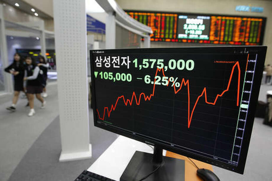 "A screen shows Samsung Electronics share price at the Korea Exchange in Seoul, South Korea, Tuesday, Oct. 11, 2016. Asian shares were mostly higher on Tuesday, while South Korea's benchmark fell following reports of fresh problems with Samsung's Galaxy Note 7 phone. The letters read "" Samsung Electronics. "" (AP Photo/Ahn Young-joon)"