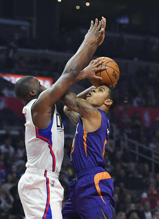 Phoenix Suns guard Tyler Ulis, right, shoots as Los Angeles Clippers guard Raymond Felton defends during the first half of an NBA basketball game, Monday, Oct. 31, 2016, in Los Angeles. (AP Photo/Mark J. Terrill)
