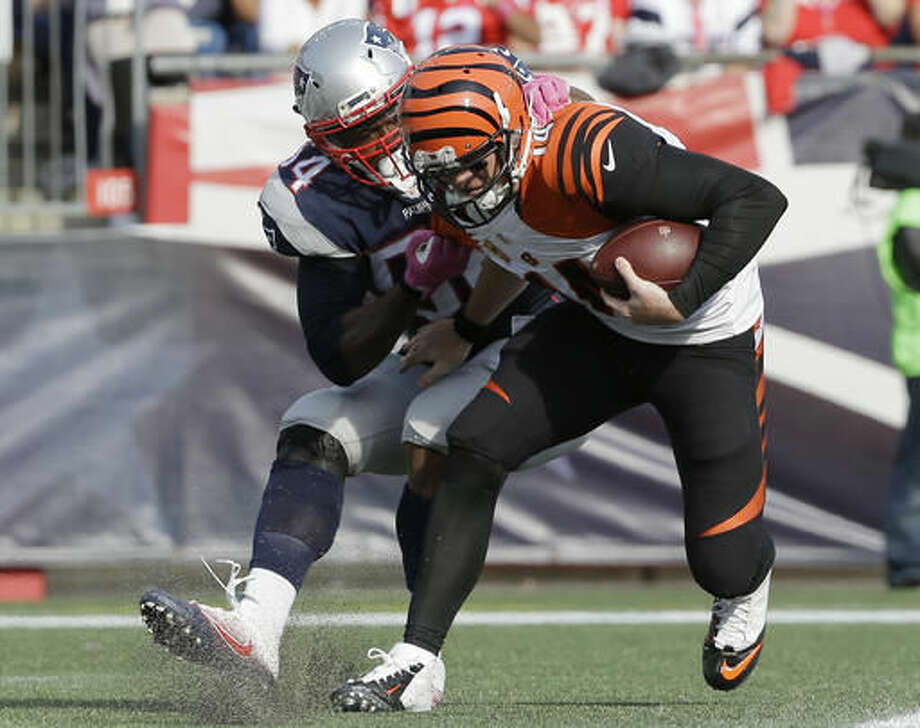 New England Patriots linebacker Dont'a Hightower, left, sacks Cincinnati Bengals quarterback Andy Dalton for a safety during the second half of an NFL football game, Sunday, Oct. 16, 2016, in Foxborough, Mass. (AP Photo/Steven Senne)