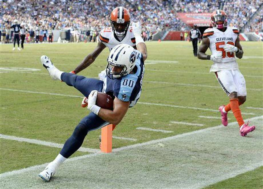 Tennessee Titans tight end Anthony Fasano (80) scores a touchdown on a 15-yard pass reception ahead of Cleveland Browns defenders Jamar Taylor (21) and Chris Kirksey, right, in the second half of an NFL football game Sunday, Oct. 16, 2016, in Nashville, Tenn. (AP Photo/Mark Zaleski)