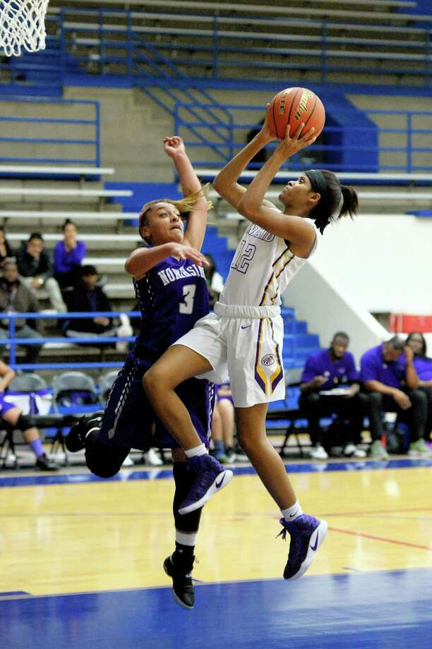 NaKeeya McCardell (12) of Kinkaid drives to the hoop in the first half of a girls basketball game between the Kinkaid Falcons and the Northside Panthers during the Houston ISD Tournament on Thursday December 1, 2016 at The Pavilion, Houston, TX. Photo: Craig Moseley, Houston Chronicle / ©2016 Houston Chronicle