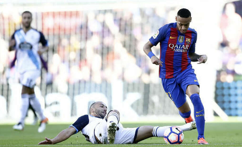 FC Barcelona's Neymar, right, with Deportivo Coruna's Celso Borges during the Spanish La Liga soccer match between FC Barcelona and Deportivo Coruna at the Camp Nou in Barcelona, Spain, Saturday, Oct. 15, 2016. (AP Photo/Manu Fernandez)