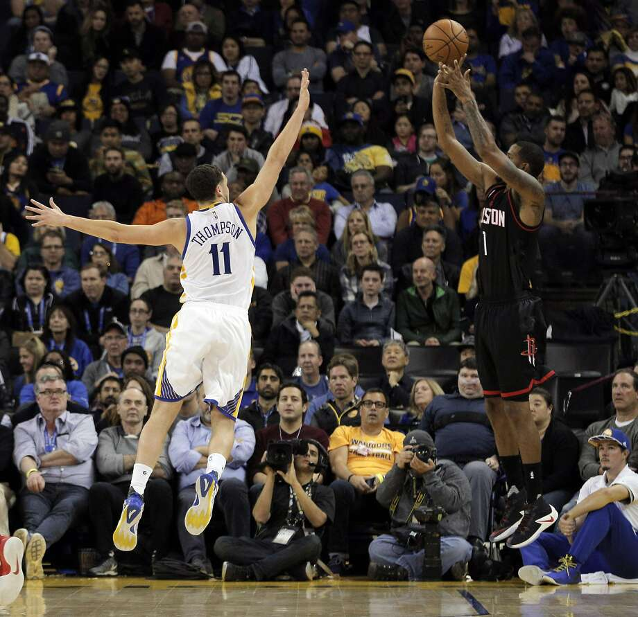 Klay Thompson (11) tries to block a shot by Trevor Ariza (1) during the first half as the Golden State Warriors played the Houston Rockets at Oracle Arena in Oakland, Calif., on Thursday, December 1, 2016. Photo: Carlos Avila Gonzalez, The Chronicle