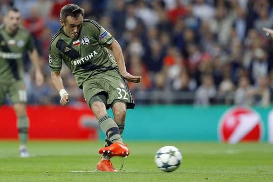 Legia's Miroslav Radovic scores on a penalty kick during a Champions League, Group F soccer match between Real Madrid and Legia Warsaw, at the Santiago Bernabeu stadium in Madrid, Tuesday, Oct. 18, 2016. (AP Photo/Francisco Seco)
