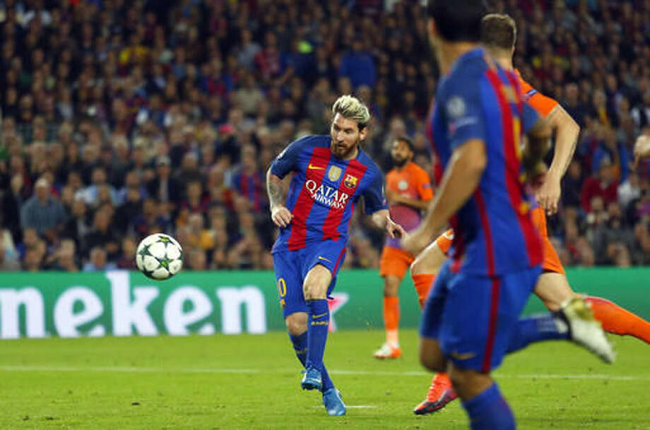 Barcelona's Lionel Messi scores his side's third goal during a Champions League, Group C soccer match between Barcelona and Manchester City, at the Camp Nou stadium in Barcelona, Wednesday, Oct. 19, 2016. (AP Photo/Francisco Seco)