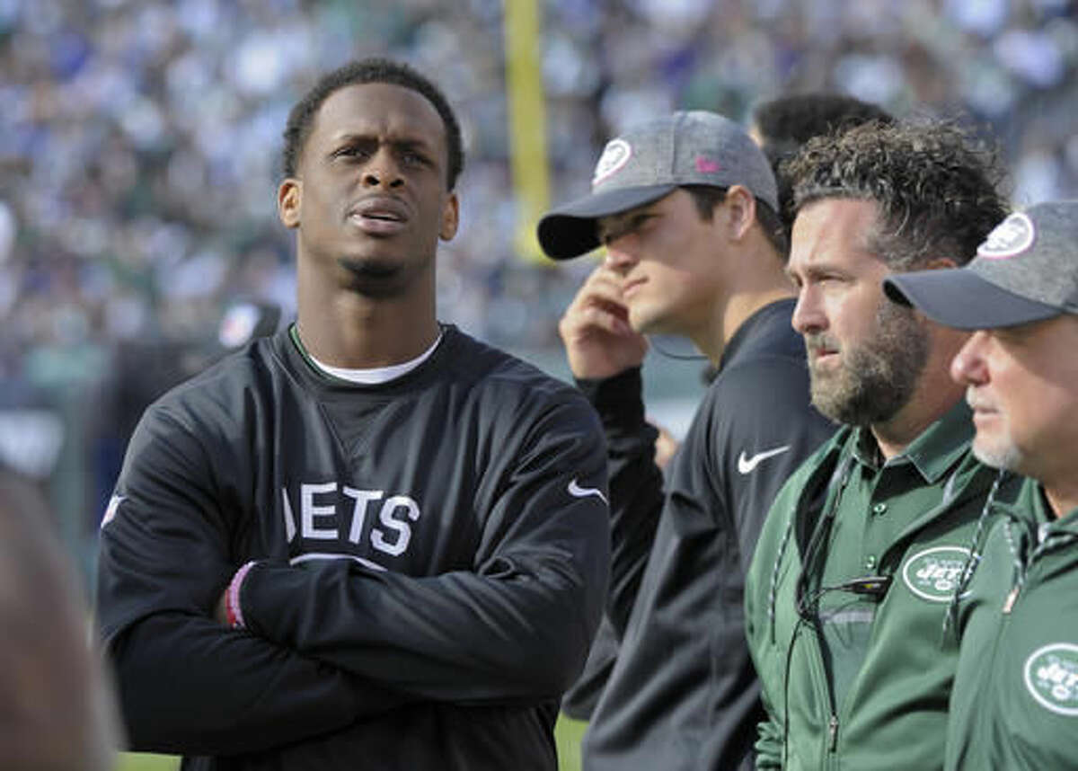 New York Jets quarterback Geno Smith, left, watches play from the sidelines after leaving the game with a knee injury during the third quarter of an NFL football game against the Baltimore Ravens, Sunday, Oct. 23, 2016, in East Rutherford, N.J. (AP Photo/Bill Kostroun)