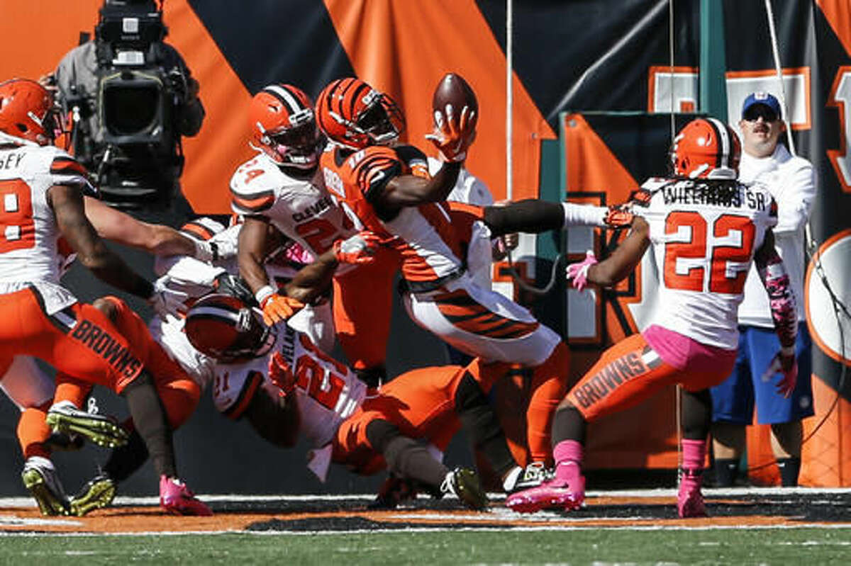 Cincinnati Bengals wide receiver A.J. Green (18) catches a touchdown pass in the end zone in the first half of an NFL football game against the Cleveland Browns, Sunday, Oct. 23, 2016, in Cincinnati. (AP Photo/Gary Landers)