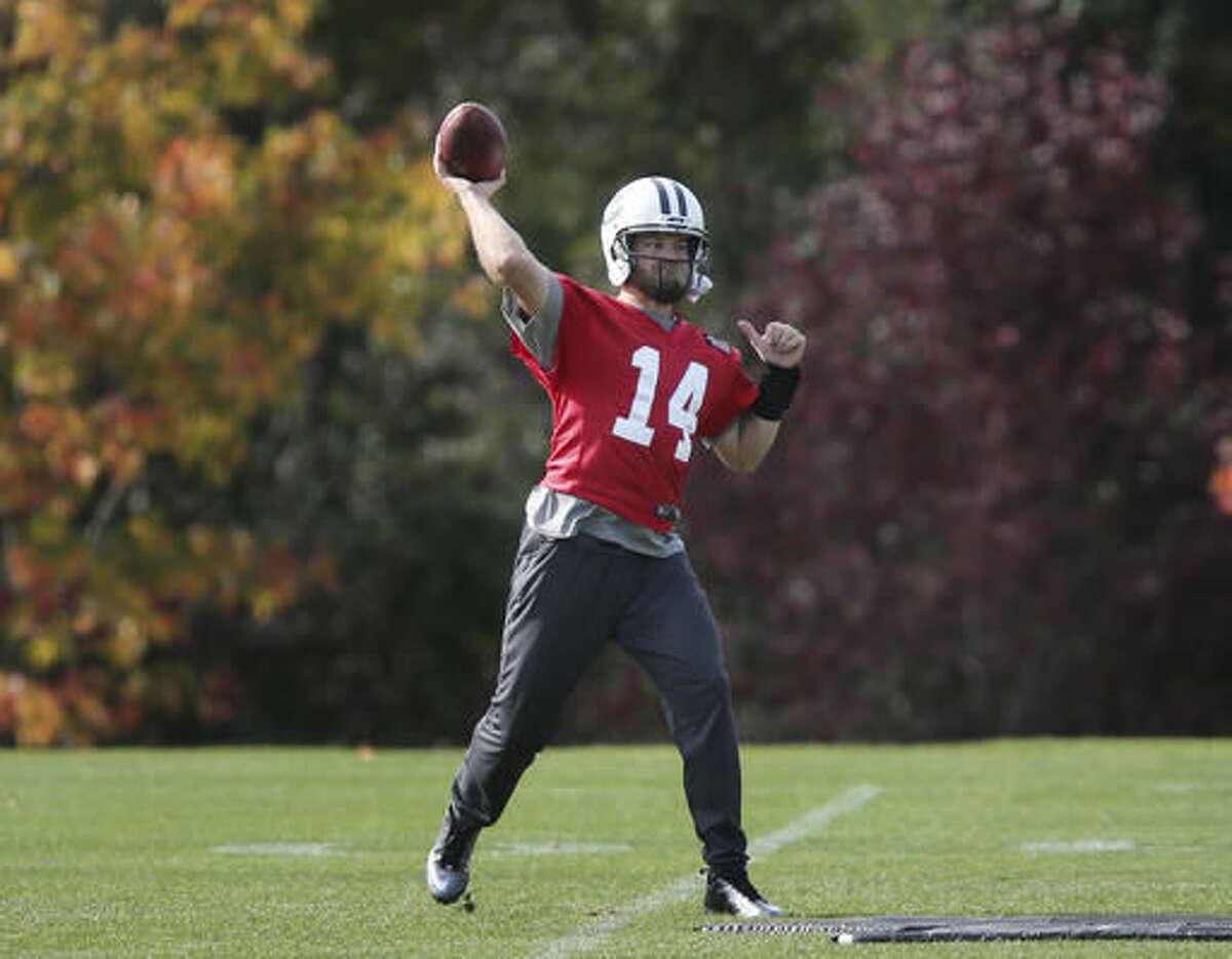 New York Jets quarterback Ryan Fitzpatrick throws during a NFL football practice in Florham Park, N.J., Wednesday, Oct. 26, 2016. (AP Photo/Seth Wenig)