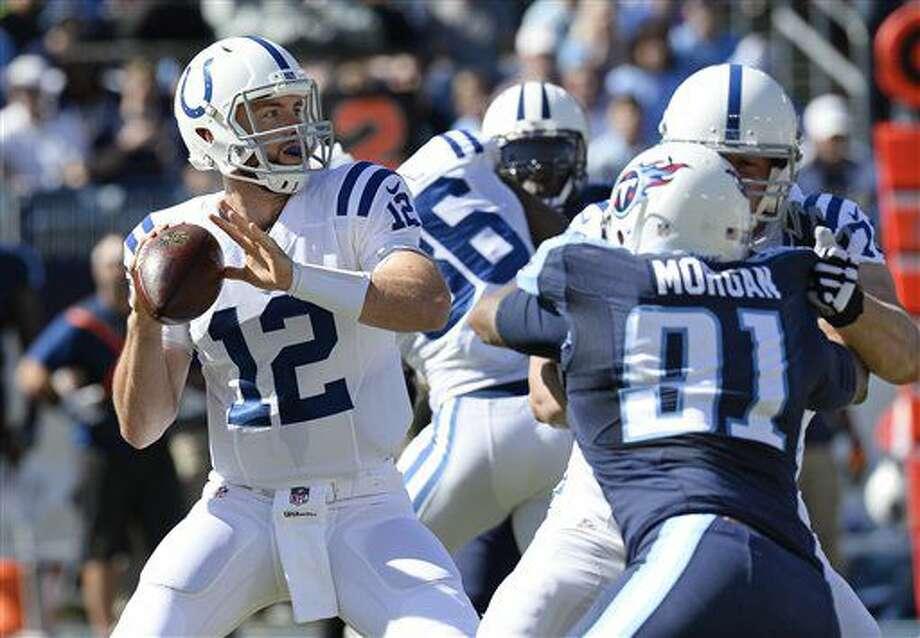 El quarterback Andrew Luck (12) de los Colts de Indianápolis lanza un pase ante los Titans de Tennessee, el domingo 23 de octubre de 2016. (AP Foto/Mark Zaleski)