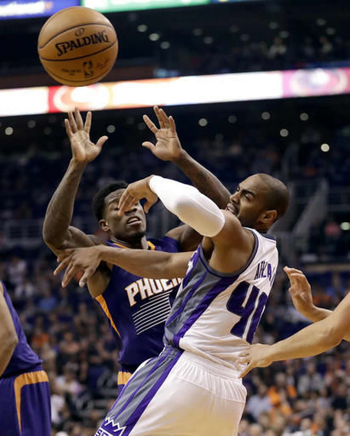 Sacramento Kings guard Arron Afflalo (40) loses the ball under pressure from Phoenix Suns guard Eric Bledsoe, left, during the first half of an NBA basketball game, Wednesday, Oct. 26, 2016, in Phoenix. (AP Photo/Matt York)
