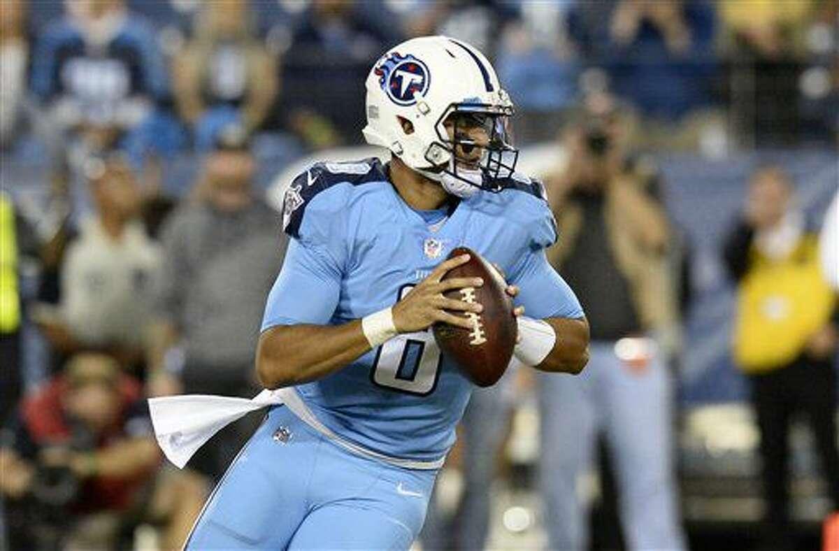 Marcus Mariotta, quarterback de los Titans de Tennessee, se prepara para lanzar un pase en el encuentro del jueves 27 de octubre de 2016, ante los Jaguars de Jacksonville (AP Foto/Mark Zaleski)