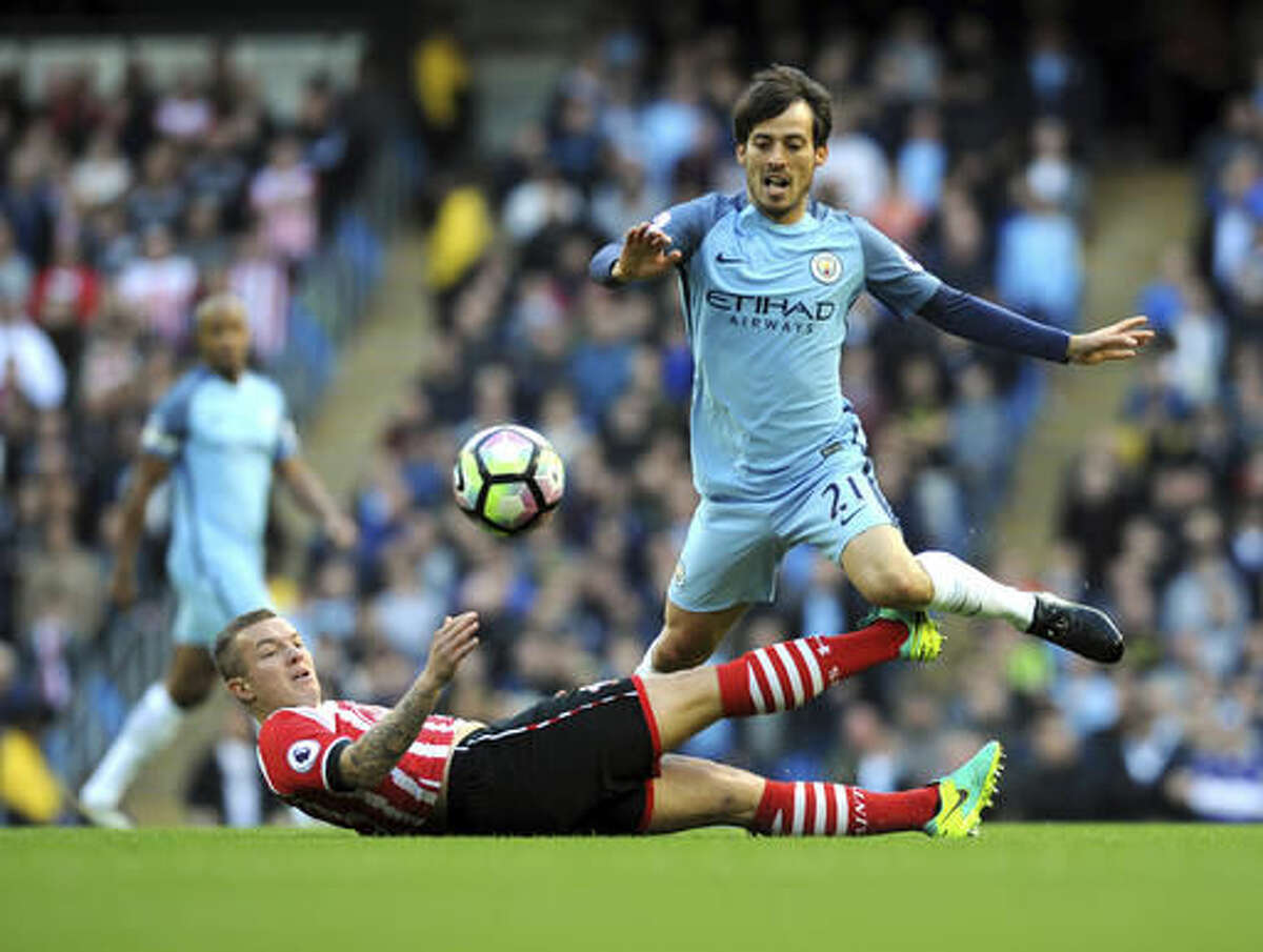 Manchester City's David Silva, right, and Southampton's Jordy Clasie battle for the ball during the English Premier League soccer match between Manchester City and Southampton at the Etihad Stadium in Manchester, England, Sunday, Oct. 23, 2016. (AP Photo/Rui Vieira)